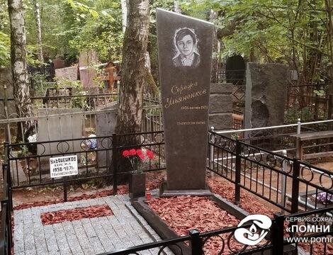 Памятник Роза из двух видов гранита Кимры Лампадка из лезниковского гранита резная Старый Оскол